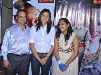 Dr.-Mukul-dabholkar,-Marathi-Actress-Mansi-Salvi-and-Miss-Sasha-Dabholkar-at-The-Premier-Of-Sadaraklshannay